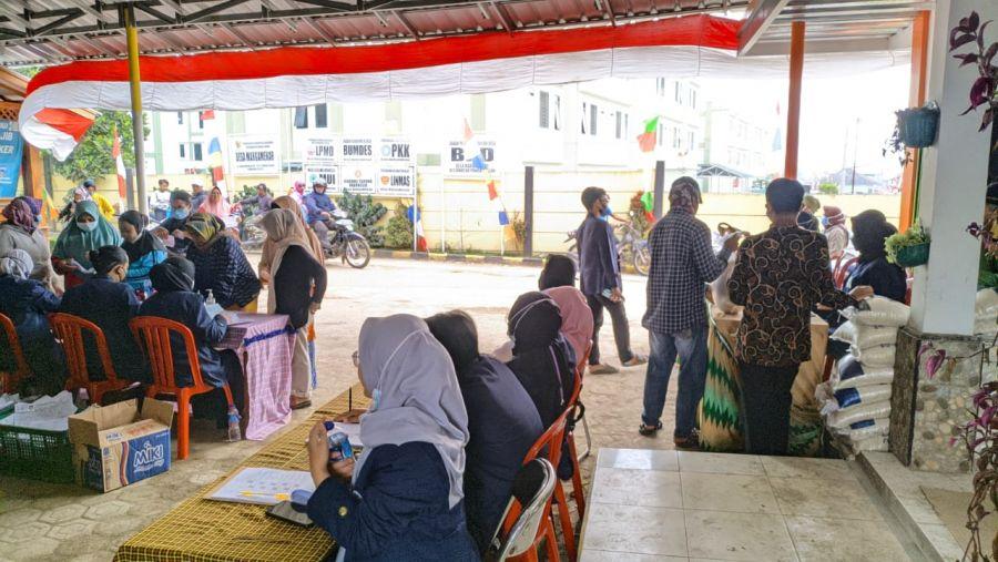 Mahasiswa KKN UIN Bandung Mengawal Penyaluran Bansos di Desa Margamekar